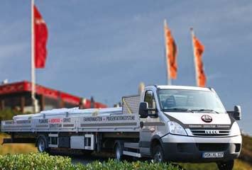 Transport von Fahnenmasten auf Kraftfahrzeug